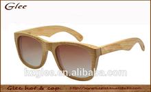 le bambou et le temple de bois à la main des lunettes de lecture