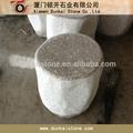 Tables et chaises de granit à l'extérieur