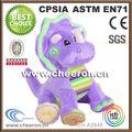 suave y regordeta de felpa púrpura dinosaurio de juguete con la cara dulce