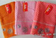 good quality21s/2 plain dyed bath towel with flower embroidery