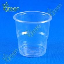 farklı boy plastik çay bardak ve tabaklar toplu tatmak için