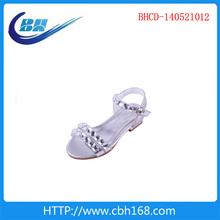 Roupa dos miúdos e sapatos