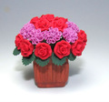 Bonecas em miniatura casa& rosas e cravos em um vaso de cerâmica 12th escala flor