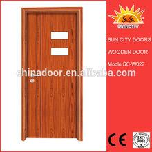 Крупным планом и ясно фото внешней двери SC-W027