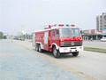 10000 litros de água e 4000 litros de espuma de combate a incêndio do caminhão