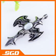 Speciale croce pendente vendita calda!! Cavaliere nero pipistrello con bianco di pietra artificiale. Evidenziare personalita.