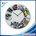 de plástico colgando de la pared del reloj
