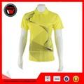 สีเหลืองผู้หญิงที่ใช้งานกีฬา