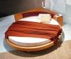 Круглая кровать Мадена с кованой спинкой.