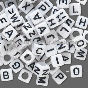 Toptan akrilik mektubu boncuk bilezik yapmak için!! 10mm akrilik küp mektup boncuk!! Beyaz ve siyah akrilik alfabe boncuk!!