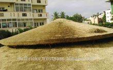 construcción de hotel con techo de paja en kerala