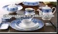 mercancías de cerámica coloridas de la cena, placas, tazones de fuente, cucharas de las tazas y otras mercancías