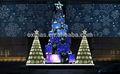 Escena al aire libre de navidad de bolas de clara& led luces de la decoración del árbol
