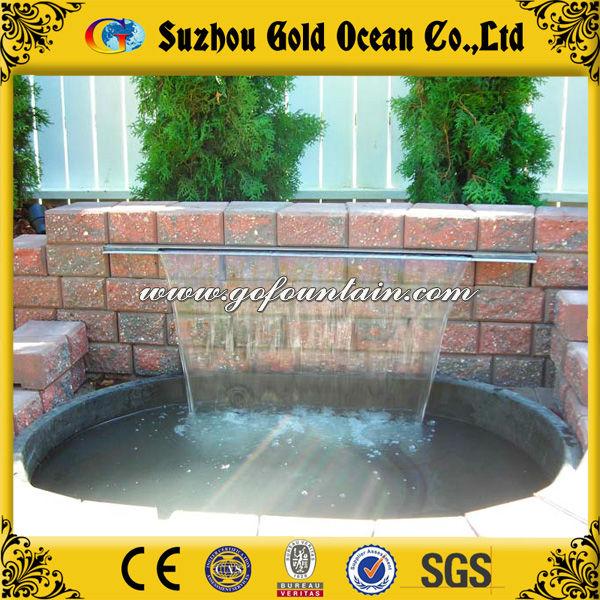 Kleine waterpartij indoor waterval muur fontein in het zwembad - Muur zwembad ...