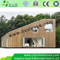 Pequena casa de madeira do mar recipientes casa