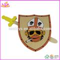 Crianças baratos jogar arma escudo de madeira do brinquedo, madeira espada de brinquedo para crianças, venda quente de madeira brinquedo da espada para baby w01b004