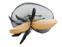 moda nero maglia e piuma alice band per il partito