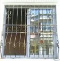 práctico decorativos de hierro forjado cerca de la ventana