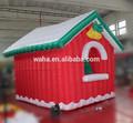 La decoración de vacaciones/ornamento de navidad iluminado con casa de navidad inflable