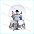 La construction d'une boule de verre avec de la neige de noël bonhomme de neige