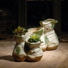 Antiguo forma irregular decoración arcilla florero en verde y blanco esmalte