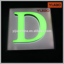 Frente y retroiluminada de mini palabras de la letra en inglés con las letras del alfabeto