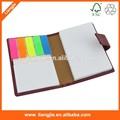En blanco de la pu cuaderno de papel, la escritura con cojines de pet y el índice de notas adhesivas