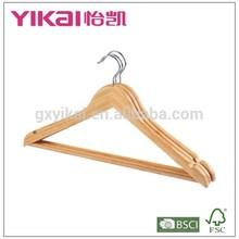 Moderna de la camisa y pantalones de madera suspensión de ropa