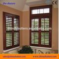 ventana de persianas de madera