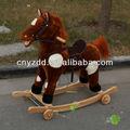 As crianças a andar a cavalo/cavalo de madeira/pelúcia cavalo de balanço com rodas