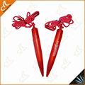 cordones con plumas de color rojo
