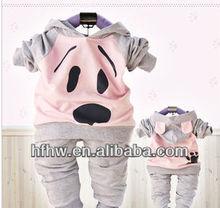 2013 il cane del bambino vestito