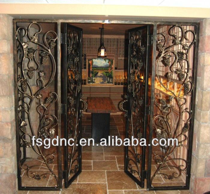 Carr en haut en fer forg cave vin porte portes id du for Porte de cave en fer