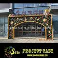 Flor de la navidad y hojas verdes de acero del arco de la decoración