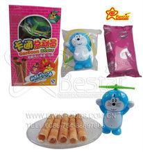rollo de huevo crema de galletas con dibujos animados de juguete