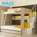 التوأم أكثر كامل ووفت الاطفال بطابقين السرير مع بني في سلم