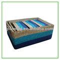 La canasta de paja con asas de cuero, ideal para sala de estar