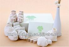 100% de algodón orgánico zapatos de bebé babero incluyendo sombrero del pie ropa de alta calidad de múltiples colores