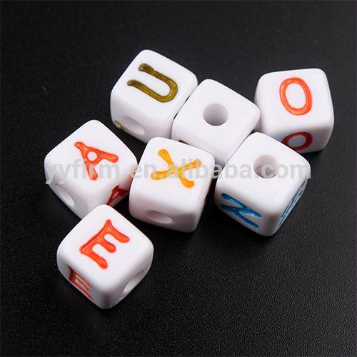 Toptan tıknaz boncuk, akrilik 12mm küp alfabe boncuk, karışık renkli mektup boncuk kuyumculuk
