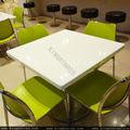 table de cuisine en pierre dessus de table de restaurant