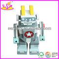 Robô de brinquedo ( brinquedo robot ) e boneco de madeira