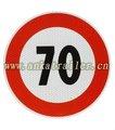 os limites de velocidade refletindo iluminado sinais de trânsito
