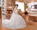 bianco abito da sposa con lungo strascico