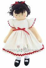 morena muñeca de trapo en una crema de peluche vestido