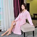 Una pieza de color rosa de la galleta de noche pijamas para mujeres
