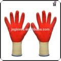 rouge latex recouvertes de gants de travail