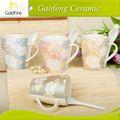 plain white canecas de cerâmica e copos