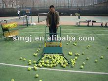 pelota de tenis de recoger la cesta y el equipo de tenis
