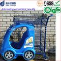 Carrinho de criança com um carro de brinquedo