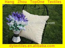 プレーンニットかぎ針編みの花刺繍入りクッション